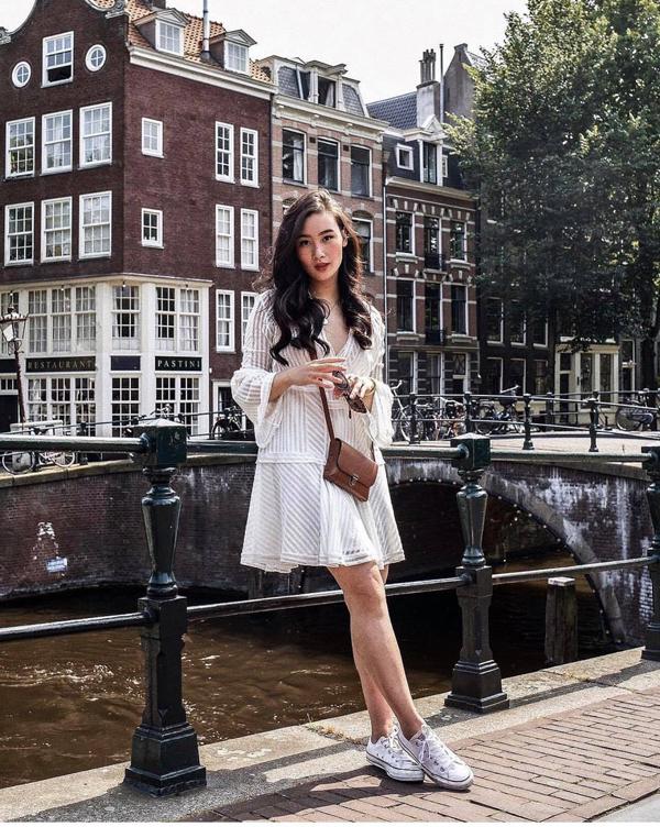 Đầm cổ V, tay loe thiết kế trên các chất liệu voan mỏng, lụa mềm cũng là lựa chọn hợp lý để chưng diện ở mùa này.