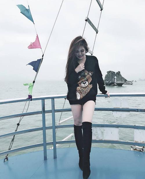 Hương Tràm đi tàu thăm vịnh Hạ Long và bày tỏ thắc mắc: Phía sau mình là hòn Trống Mái nhưng con Trống ở đâu và con Mái ở đâu thật sự nhìn hoài không ra.