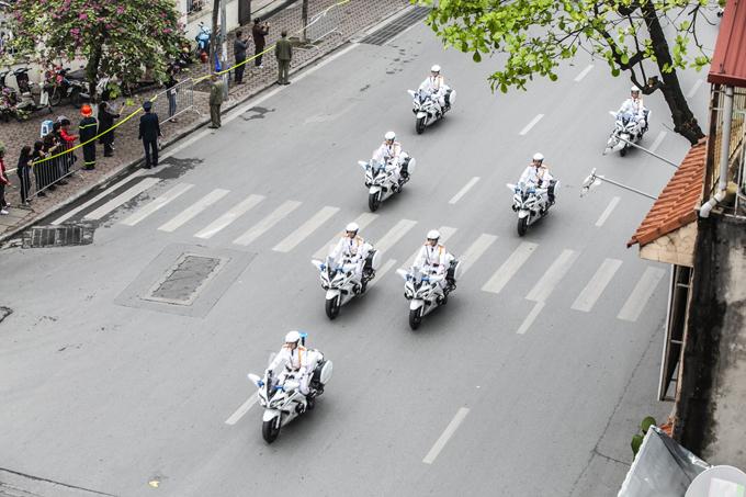 Đội xe môtô trắng dẫn đường cho đoàn xe của tổng thống Mỹ trên đườngNguyễn Thái Học. Ảnh: Đình Tùng.