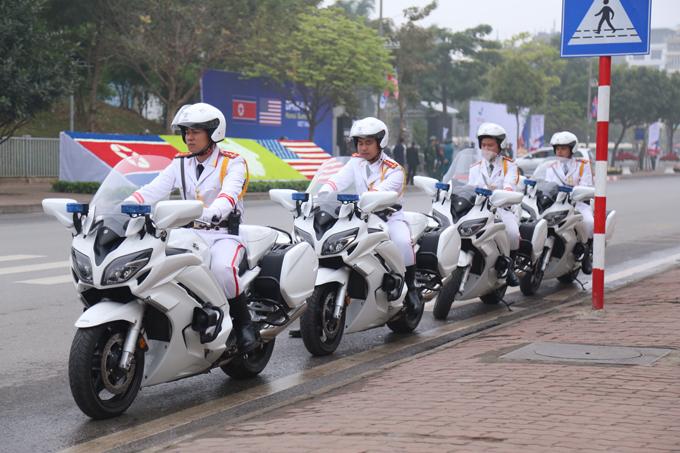 Từ sáng sớm nay, để tháp tùng lãnh đạo hai nước tới dự hội nghị thượng đỉnh, gần 20 chiếc môtô trắng của cảnh sát Việt Nam được huy động để dẫn đường cho đoàn xe của ông Trump và ông Kim. Trong ảnh, đội môtô tập trung trên đường Đỗ Đức Dục chuẩn bị làm nhiệm vụ.