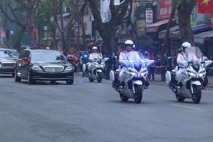 Trong khi đó, lãnh đạo Kim Jong-un xuất phát từ khách sạn Melia vào lúc8h40. Xe chở chủ tịch Kim cũng đi theo sau đoàn xe môtô trắng của cảnh sát Việt Nam. Ảnh: Võ Hải.