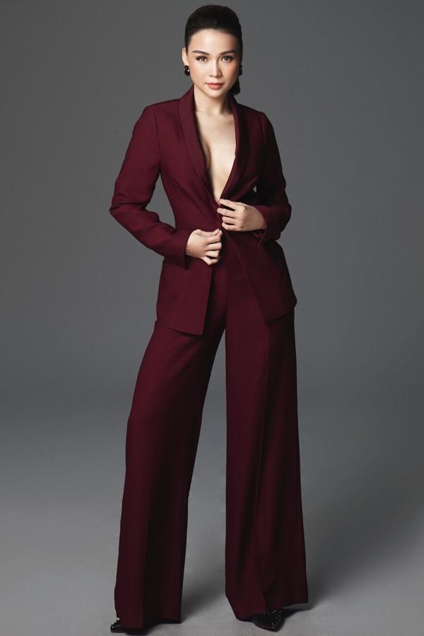 Khác với phong cách dịu dàng thường thấy, Sam xuất hiện gợi cảm và sang trọng trong bộ ảnh mới. Vest xẻ ngực cùng mốt không nội ygiúp nữ diễn viên khoe khéo vòng một đầy đặn.