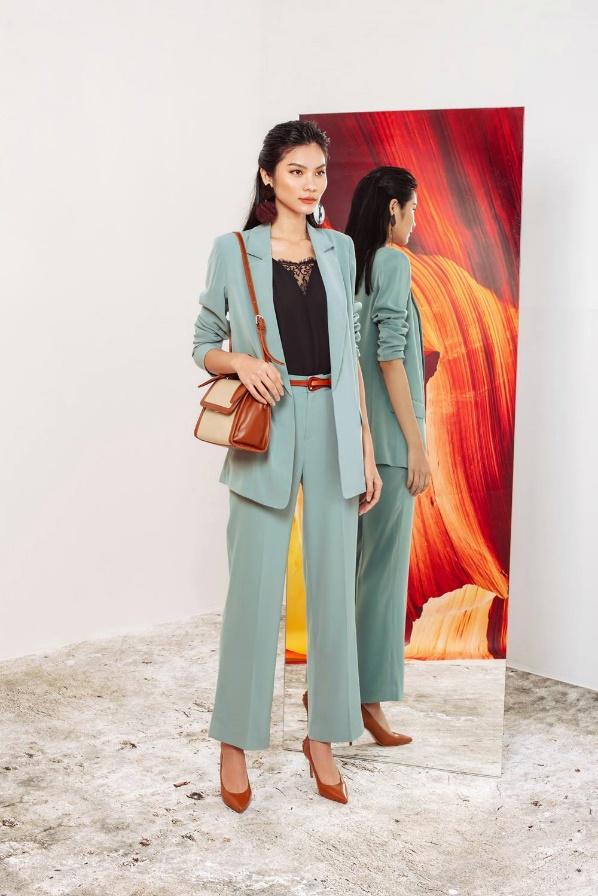 Set suit xanh dịu nhẹ phối cùng giày và túi tông nâu giúp nàng hoàn thiện hình ảnh quý cô thành thị hiện đại, thanh lịch. Sắc màu thanh thoát giúp cân bằng tâm trạng cho nàng giữa những bộn bề cuộc sống.