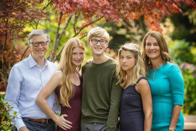 Vợ chồng Bill Gates và 3 con. Ảnh: CNBC.