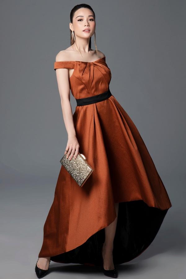 Váy trễ vai, hở ngực cắt may trên nền chất liệu đa dạng: nhung, lụa cao cấp, voan lưới, ren,...