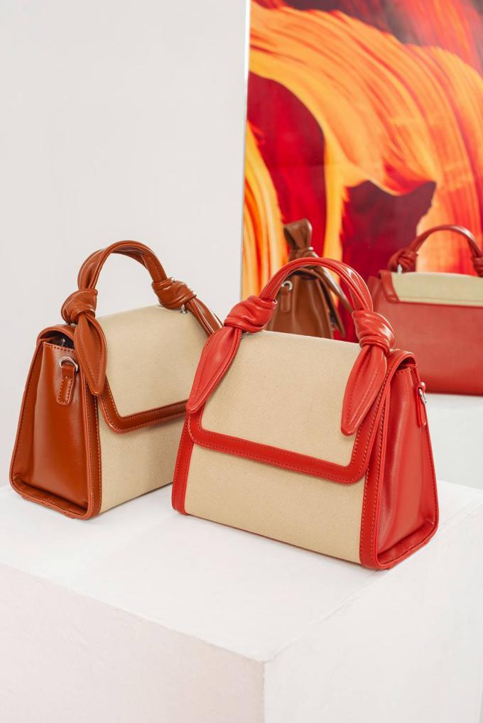 Bên cạnh những mẫu đầm sắc màu, đừng quên mix & match trang phục với những phụ kiện tươi tắn như túi xách, giày...