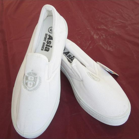 Đôi giày vải bông lúa do hãng Thượng Đình sản xuất.