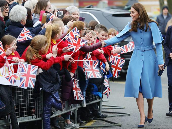 Nữ công tước xứ Sussex bắt tay người hâm mộ ở Bắc Ireland hôm 28/2. Ảnh: AP.