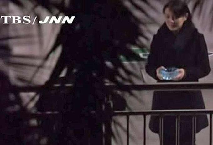 Tối 25/2, đoàn tàu bọc thép đưa Chủ tịch Kim Jong-un tới tham dự Hội nghị thượng đỉnh Mỹ - Triều, được tổ chức tại Hà Nội trong hai ngày 27 - 28/2được nhìn thấy dừngmột lúc tại nhà ga Nam Ninh, Trung Quốc. Nhà lãnh đạo Triều Tiên tranh thủ xuống sân đi lại, hút thuốc. Theo video do đài TBS của Nhật Bản ghi lại, em gái ông Kim là Kim Yo-jong cầm gạt tàn để anh trai dụi điếu thuốc cháy dở. Ảnh: TBS.
