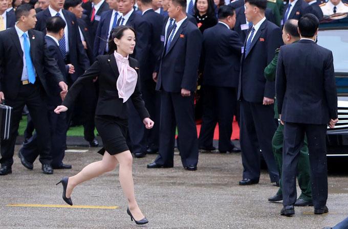 Sau nghi lễ đón tại sân ga, Kim Yo-jong nhanh chóng di chuyển về chiếc Mercedes bọc thép sẽ chở anh trai từ ga Đồng Đăng về khách sạn Melia, thủ đô Hà Nội. Khoảnh khắc cô chạy thật nhanh trên đôi giày cao gót về phía xe được phóng viên ghi lại. Ảnh: Reuters.