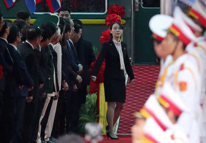 Lúc đoàn tàu vào tới ga Đồng Đăng, Lạng Sơn, sáng 26/2, em gái của lãnh đạo Triều Tiênbước xuống trước để quan sát , kiểm tra tình hình xung quanh. Sau đó, cô trở lại tàu và đi đằng sau anh trai gần như trong suốt thời gian chào hỏi với quan chức Việt Nam. Ảnh: Reuters.
