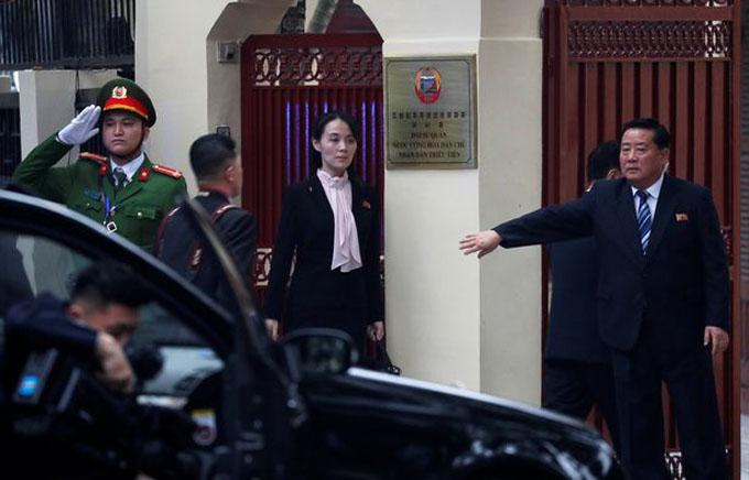 Chiều 26/2, Kim Yo-jong tiếp tục đồng hành với anh trai tới Đại sứ quán Triều Tiên ở Hà Nội. Cô đến trước, đứng nghiêm trang trước cửa đại sứ quán khi chờ xe của anh trai đến. Ảnh: Reuters.