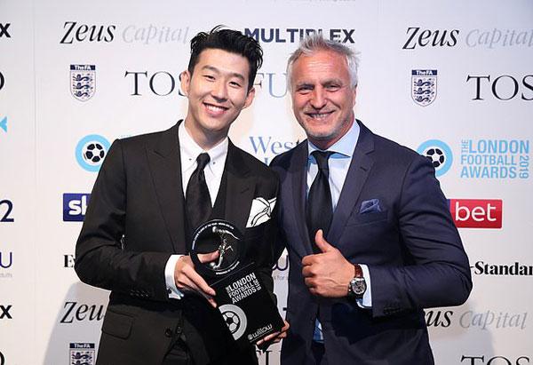 Tiền vệ xứ Hàn chụp ảnh cùng cựu danh thủ Tottenham Spurs, David Ginola tại buổi lễ.