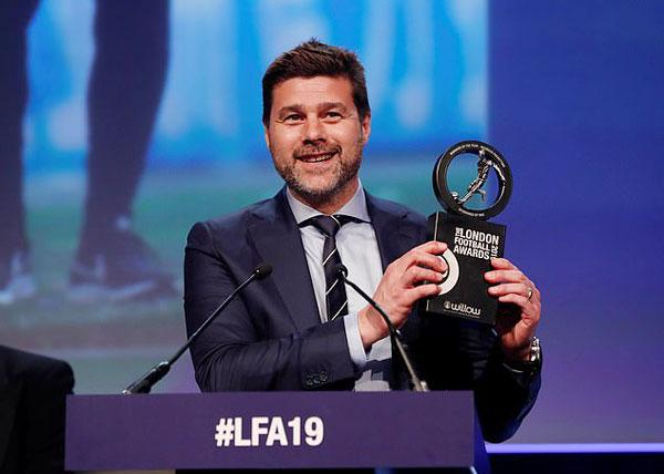HLV Tottenham Spurs, Mauricio Pochettino, nhận giải HLV hay nhất năm.