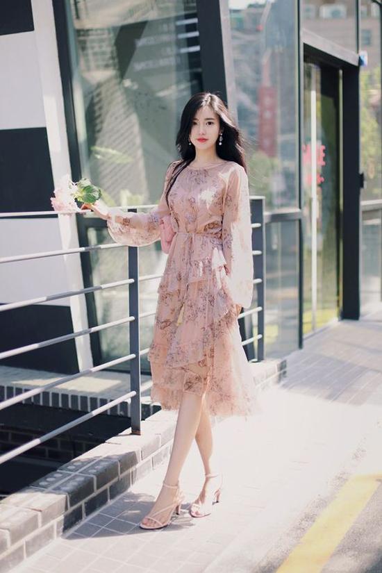 Váy hoa thiết kế trên các chất liệu mềm mỏng luôn được phái đẹp yêu thích. Bởi nó mang đến hình ảnh dịu dàng và nữ tính cho người mặc. Đặc biệt, trong không khí xuân hè, vải in hoa đánh dấu sự lên ngôi.