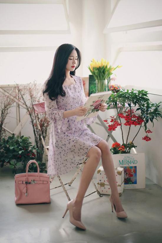 Váy hoa nhí với phom dáng mang hơi hướng cổ điển là dòng sản phẩm khó lỗi mốt. Qua nhiều mùa thời trang, đây vẫn là kiểu trang phục chiếm được tình cảm của chị em công sở.