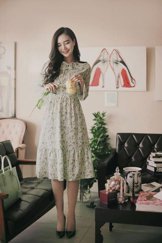 Các kiểu đầm chấm gối, cổ sen hay trang trí dây rút đều có khả năng mang lại hình ảnh trẻ trung cho phái đẹp.