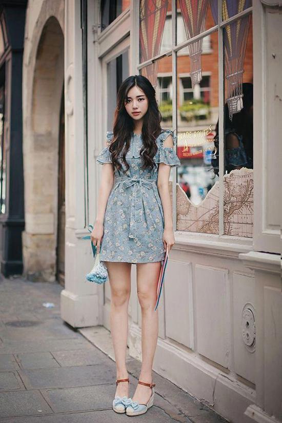 Váy hoa cho ngày hè còn được thêm các điểm cut-out để tăng sự gợi cảm và phù hợp với mùa nóng.