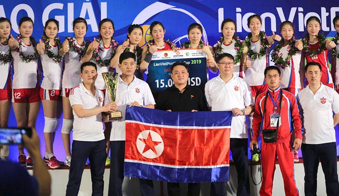 Đội Triều Tiên nhận Cup và phần thưởng.
