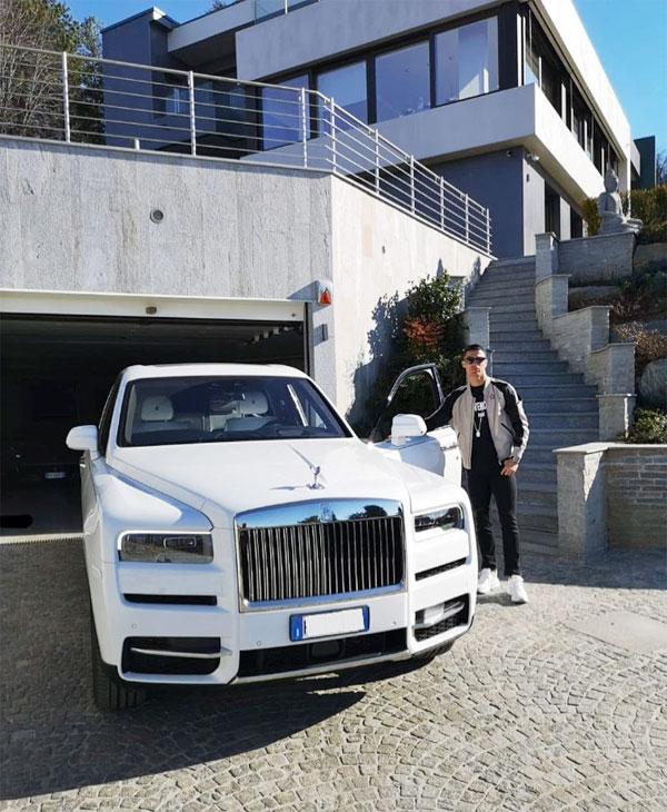 C. Ronaldo chụp ảnh bên siêu xe