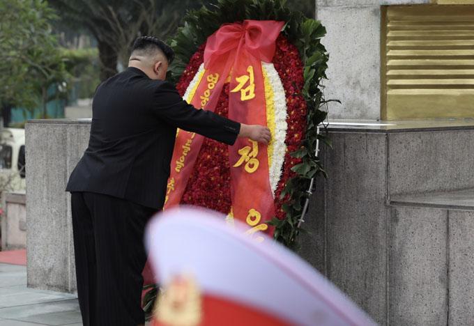 Trước đó, ông Kim cùng đoàn tùy tùng tới Đài tưởng niệm các anh hùng liệt sĩ và qua Lăng viếng Chủ tịch Hồ Chí Minh. Trong ảnh, ông Kim cẩn thận sửa lại vòng hoa viếng.Ảnh: Ngọc Thành.