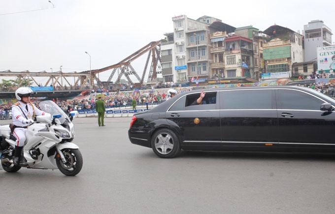 Đoàn xe ngang qua cầu Long Biên, ông Kim Jong-un mở cửa kính, giơ tay vẫy chào hàng trăm người dân đang đứng hai bên đường