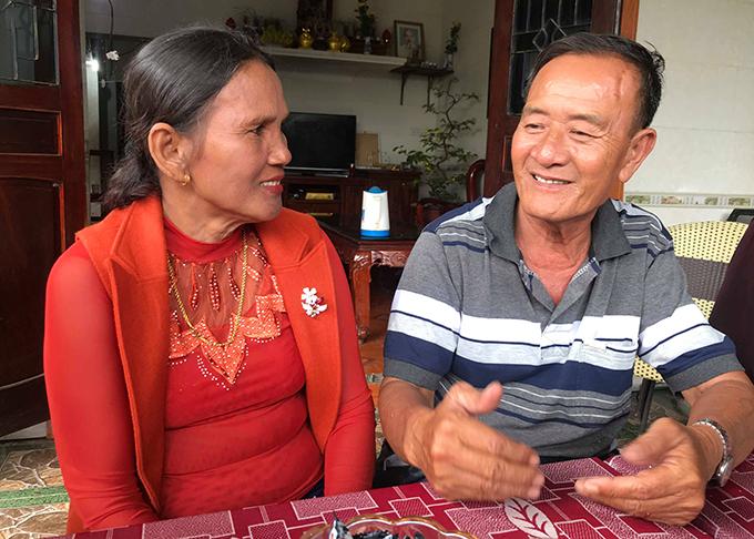 Ông Dương và vợ kể những ngày tháng sinh sống ở Campuchia. Ảnh: Hùng Lê