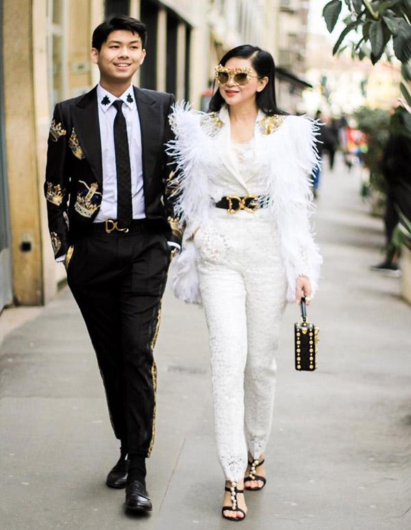 [Caption  Với set hàng hiệu cực chất và thần thái hơn người, nữ doanh nhân nhận được những phản hồi tích cực từ truyền thông quốc tế. Có thể kể đến như trang báo  đình đám bình luận về thời trang fashionista.com đã bình chọn set trang phục Dolce & Gabbana của nữ doanh nhân là một trong những