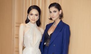 Hương Giang diện váy xẻ ngực đọ dáng với siêu mẫu Thái Lan