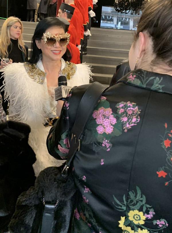 [Captiontion Với set hàng hiệu cực chất và thần thái hơn người, nữ doanh nhân nhận được những phản hồi tích cực từ truyền thông quốc tế. Có thể kể đến như trang báo đình đám bình luận về thời trang fashionista.com đã bình chọn set trang phục Dolce & Gabbana của nữ doanh nhân là một trong những