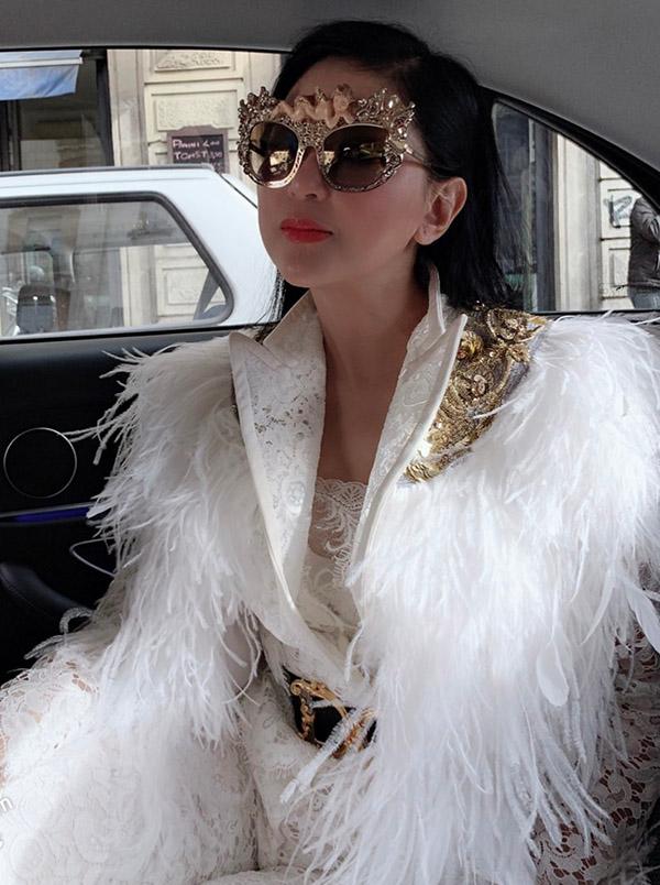 [Caption Với kiểu phối đầy phong cách nữ doanh nhân Thủy Tiên tiếp tục là tâm điểm của cánh truyền thông quốc tế và các nhiếp ảnh gia tại show Docle & Gabbana Milan Fahion Week FALL 2019. Thần thái của chị cũng nhận được nhiều lời khen ngợi.    Là một gương mặt quen thuộc tại nhiều sự kiện, show diễn thời trang quốc tế, nữ doanh nhân Thủy Tiên luôn mang đến những bất ngờ mới dành cho những tín đồ yêu thời trang và truyền thông. Bẳng những set đồ hiệu phối ( mix match ) tinh tế đẳng cấp tại sự kiện Tuần lễ thời trang danh giá – Milan Fashion WeekFALL 2019 nữ doanh nhân Thủy Tiên tiếp tục gây choáng ngộp với nhiều tín đồ thời trang khi diện nguyên cây hàng hiệu Dolce & Gabbana. Ngay từ khi xuất hiện nữ doanh nhân đã thu hút sự chú ý và săn đón của các nhiếp ảnh gia quốc tế.