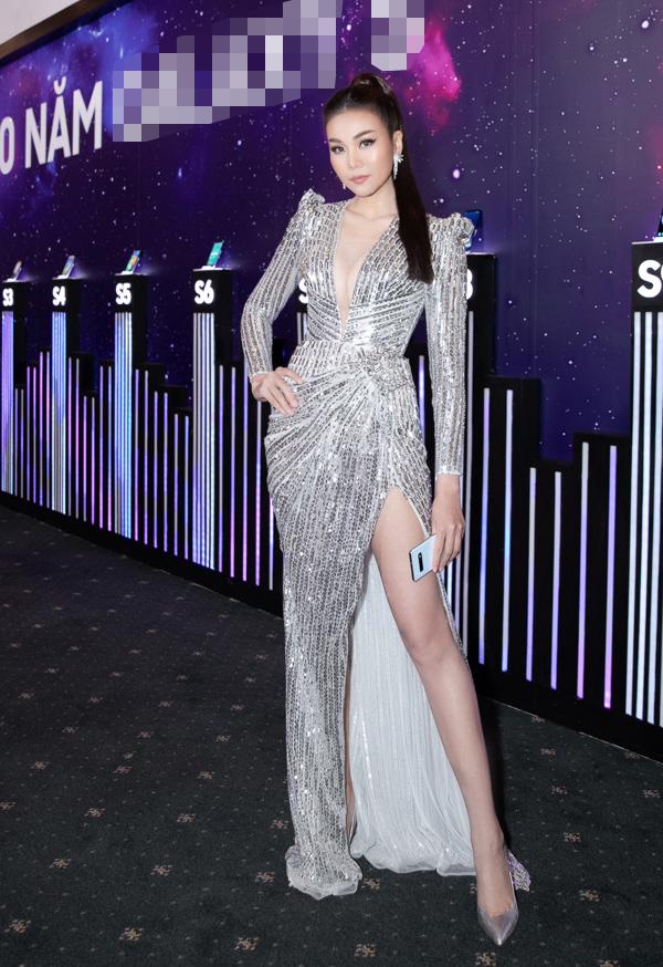 Thanh Hằng nổi bật tại buổi họp báo chiều 26/2 khi diện thiết kế ánh bạc cắt xẻ gợi cảm do Chung Thanh Phong thực hiện.