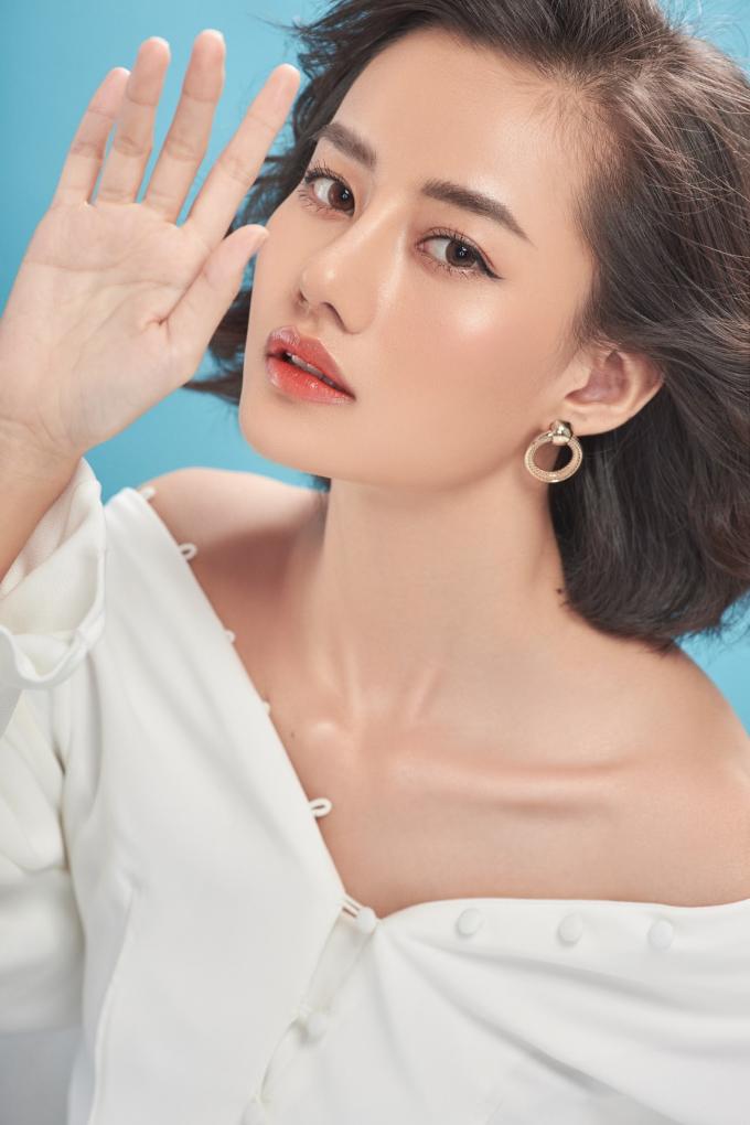 Diện mạo mới của cô vô cùng xinh đẹp, trẻ trung. Các đường nét trên gương mặt rất hài hòa và cân đối sau khi thực hiện dịch vụ nâng mũi cấu trúc.