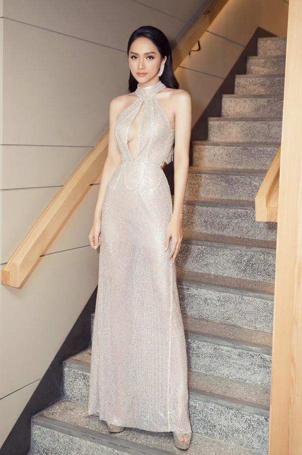 Góp mặt ở đêm thi Tài năng của cuộc thi Hoa hậu Chuyển giới Quốc tế 2019, đương kim Hoa hậu Hương Giang khoe vóc dáng mảnh mai trong bộ đầm xuyên thấu yêu kiều.