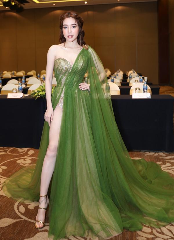 Elly Trần chọn mẫu váy xẻ cao bất tận, đậm chất thần tiên để ghi dấu ấn trong buổi họp báo.