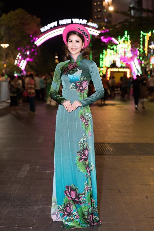 Diễn viên Kha Ly duyên dáng cùng tà áo dài in họa tiết hoa sen nền nã.