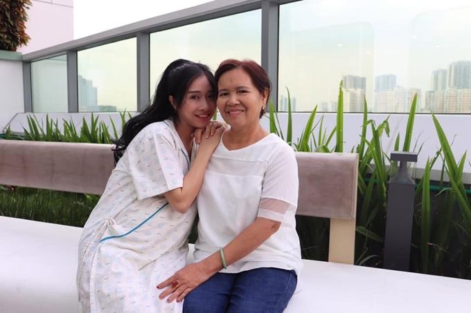 Phương Anh với mẹ đẻ.
