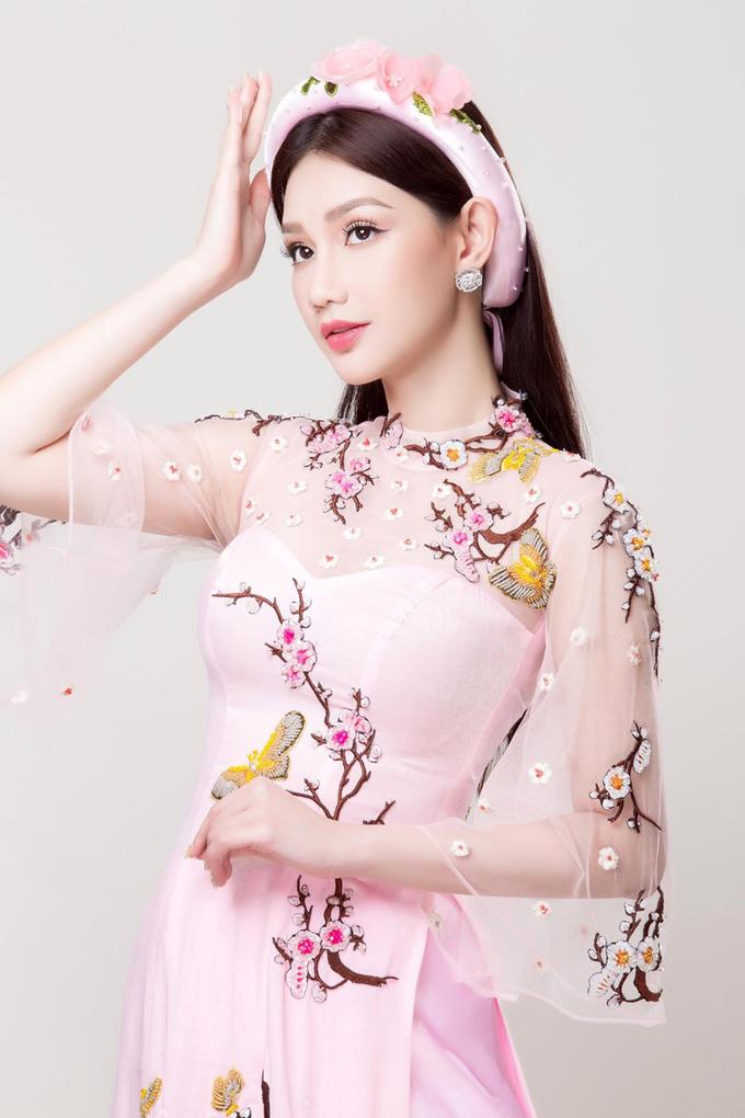 Quỳnh Chi điệu đà với áo dài cưới kết hoa, đính hạt