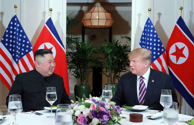 Kim Jong-un (trái) và Donald Trump trong bữa tối hôm 27/2 ở khách sạn Metropole. Ảnh: AP