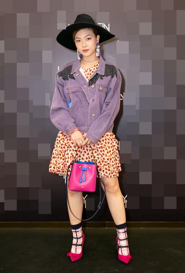 Dự sự kiện chiều 1/3, VJ KayLee Hwang bị chê về phong cách do quá tham sử dụng họa tiết và màu sắc trên cùng một set đồ.