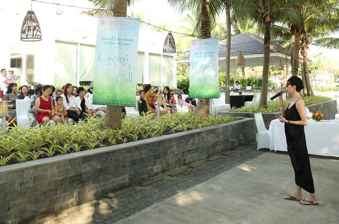 Cuối tuần qua, Xuân Lan tổ chức buổi casting model cho sự kiện Vietnam Junior's Fashion Week mùa 8 tại một resort ở Đà Nẵng. Cựu siêu mẫu cho biết, Tuần lễ thời trang trẻ em lần này sẽ diễn ra trong hai ngày 6 và 7/4 tại Đà Nẵng nên cô quyết định tìm kiếm những tài năng nhí ở khu vực miền Trung. Diện váy hai dây gợi cảm, Xuân Lan thoải mái đi tông để tạo cảm giác gần gũi.