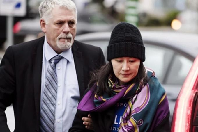Bà Meng Wanzhou được nhân viên an ninh theo sát trong thời gian tại ngoại ở Canada. Ảnh: Bloomberg.