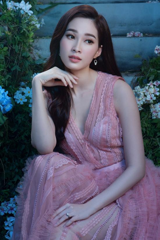 Đặng Thu Thảo diện đầm dạ hội khoe vẻ đẹp mong manh - 1