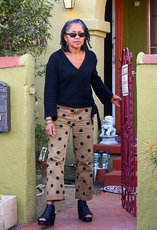 Bả Doria ở ngôi nhà tại Los Angeles, Mỹ, hồi tháng 10 khi có tin đồn Harry - Meghan tới đây. Ảnh: Backgrid.