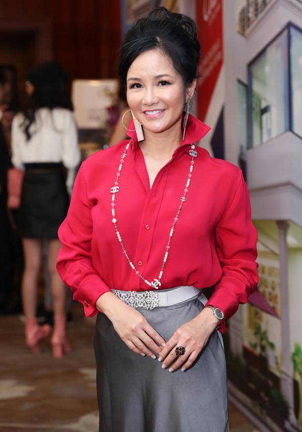 Tham dự buổi họp báo chiều 26/2, diva Hồng Nhung kết hợp sơ mi đỏ dựng cổ với chân váy satin và vòng cổ dài kết hạt, tạo nên tổng thể lỗi mốt.