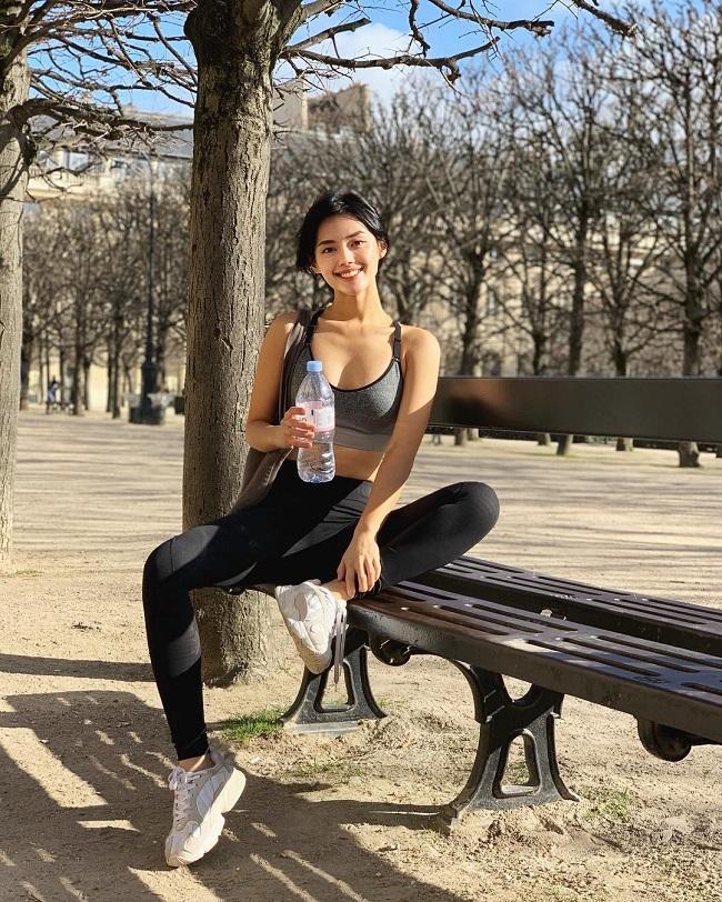 Ngoài áp dụng các bài tập, Khánh Linh cũng tích cực đi bộ khi du lịch nhằm đốt cháy năng lượng dư thừa.
