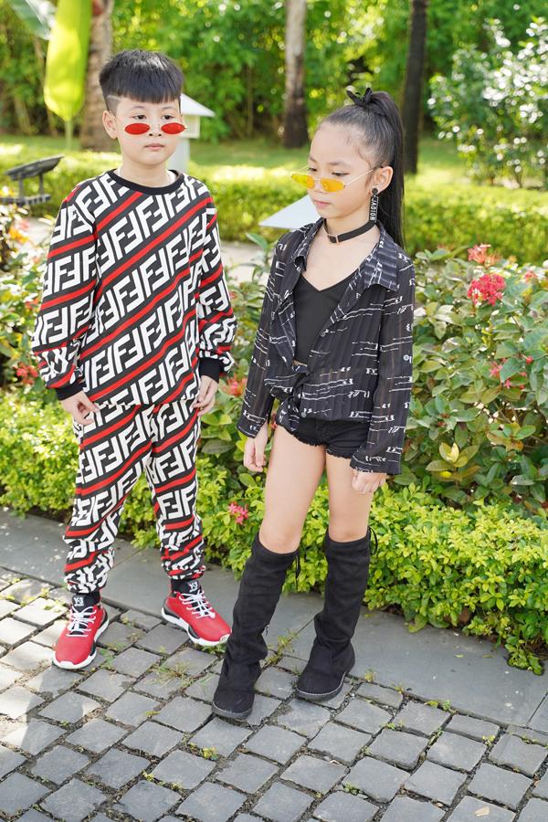 Ngoài việc có thẩm mỹ trong cách lựa chọn trang phục thìkhả năng catwalk của các bé nhìn chungtương đối ổn. Chỉ cần được đào tạo bài bản để những bước catwalk đó không còn là bản năng mà trở thành kỹ năng, tôi nghĩ đây sẽ là một thế hệ vàng cho thời trang Việt Nam sau này, cô nói.