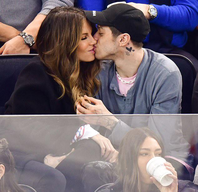 Pete Davidson và Kate Beckinsale không ngừng âu yếm nhau trong lúc ngồi xem bóng tại New York chiều 3/3.