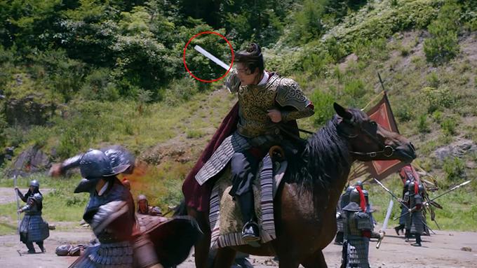 Khi Dương Kiên lâm trận, kẻ thù bị chàng chém phụt máu, vậy mà thanh kiếm không một vết máu.