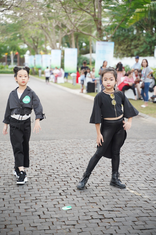 Hai em nhỏ gây chú ý bằng set đồ đen - trắng cá tính.